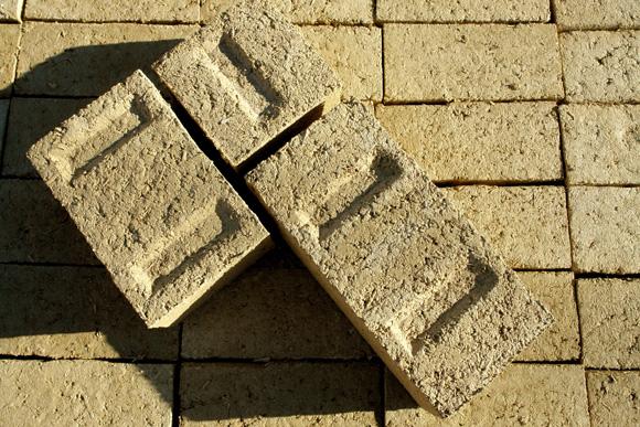 Uno de los bloques de tierra y cañamo que comercializa Cannabric.