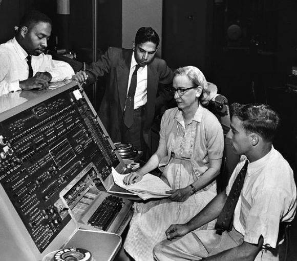 La informática Grace Hooper con el UNIVAC I / Smithsonian Institution