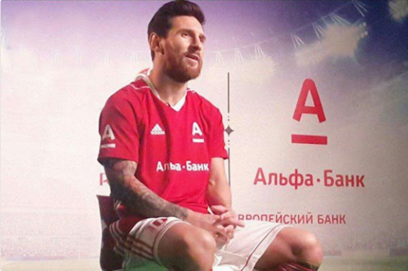 Messi con la camiseta del banco Alfa-bank