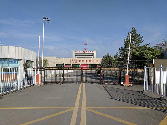 La frontera entre China y Kazajistán, desde el lado chino / Voidvector