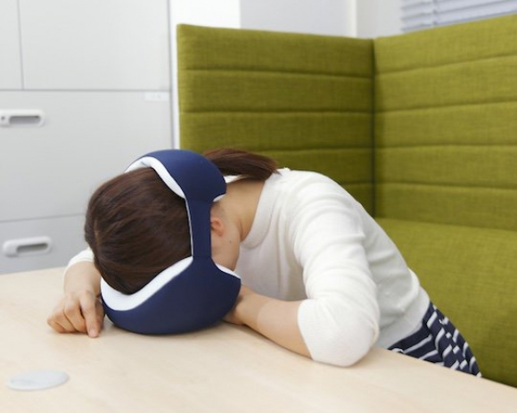 Fotografía de la 'King Eye Mask Napping Pillow'.