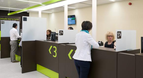 Vista de una de las oficinas Ágiles de Bankinter, especialmente surtidas de cajeros y líneas de cajas para transacciones.