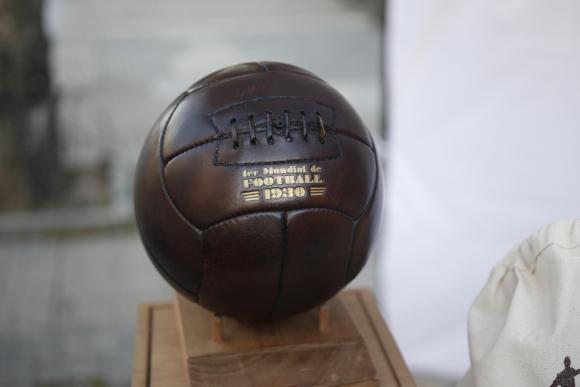 Fotografía de una réplica del balón que se utilizó en el Mundial de Fútbol  de 1930 b3f8fecb9e7e4