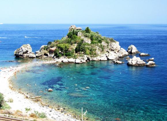 Fotografía de la Isola Bella Taormina en Sicilia.