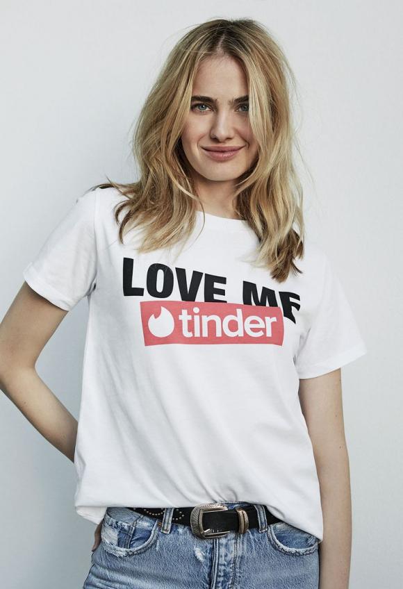 d66574cba91b Las camisetas de Stradivarius y Tinder saldrán a la venta el 4 de febrero    Inditex