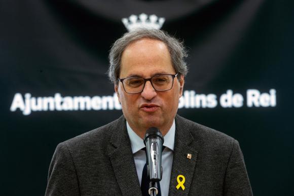 El presidente de la Generalitat, Quim Torra, durante su discurso en el Ayuntamiento de Molins de Rei, antes de visitar la 168ª Fira de la Candelera de Molins de Rei.- EFE/ Quique García