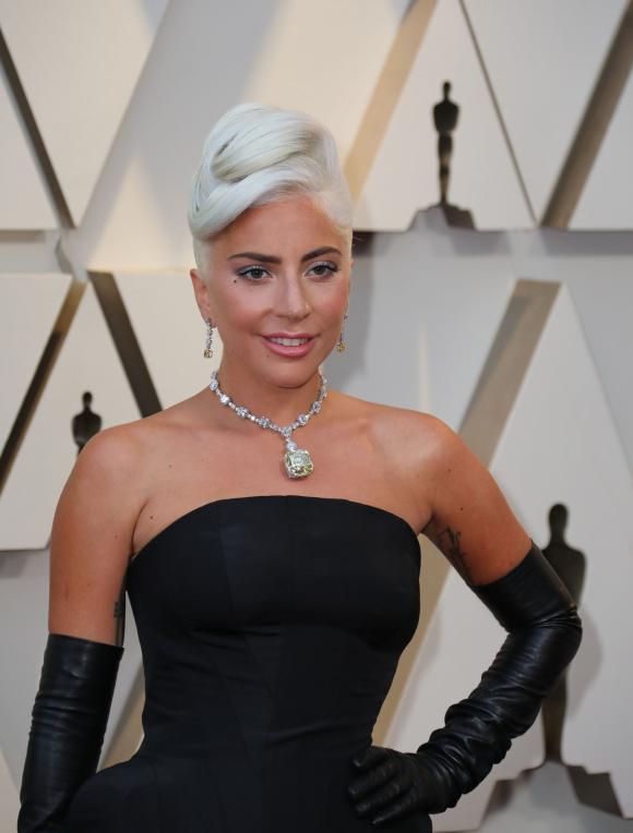 2d81f2ad8b9d Lady Gaga se vistió de Alexander McQueen y lució un impresionante collar de  Tiffany   EFE