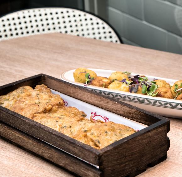 Tortillitas de camarones y buñuelos de bacalao - Grupo El Pradal