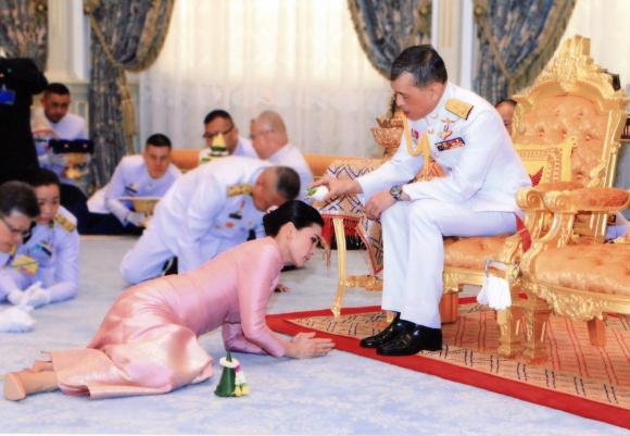237e90861 CASAS REALES - El excéntrico rey de Tailandia que se ha casado con ...