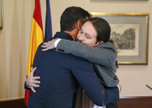 Resultado de imagen de abrazo entre Pablo Iglesias y Pedro Sánchez