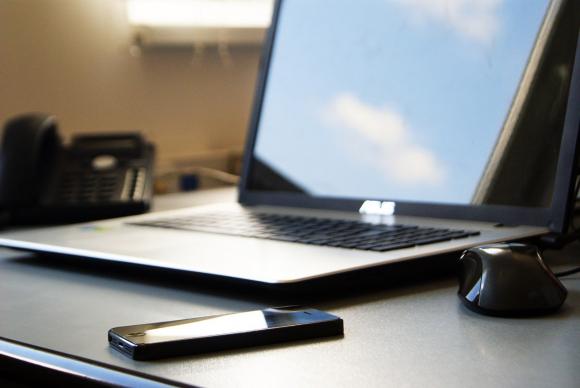 Fotografía de un móvil y un ordenador.