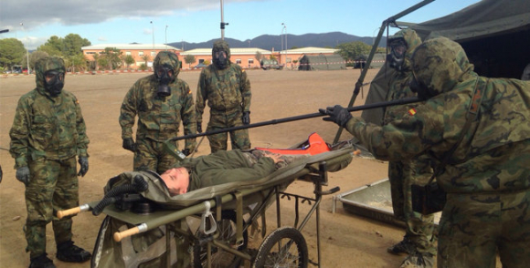 Especialistas del Ejército en trato a pacientes infectados