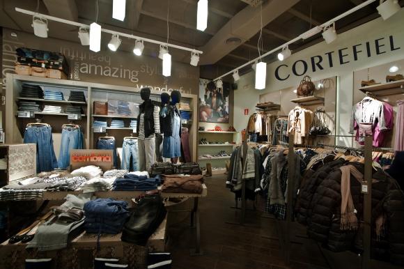 Imagen del interior de una tienda Cortefiel.