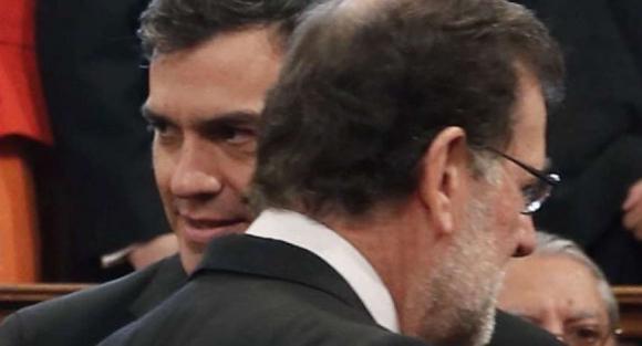 Saludo entre Rajoy y Sánchez, este sábado, en la Universidad de Alcalá de Henares (Madrid).