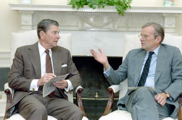 El presidente Reagan (izquierda) durante una reunión con Nicholas F. Brady (derecha) en 1988 / Ronald Reagan Presidential Library