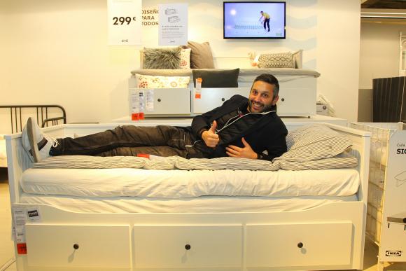 El CEO de Ikea, recostado sobre el producto más vendido por la empresa: el diván Hemnes