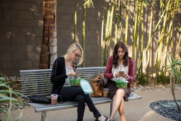 El 30% de las mujeres reconoce que se cuida menos por consultar su dispositivo móvil