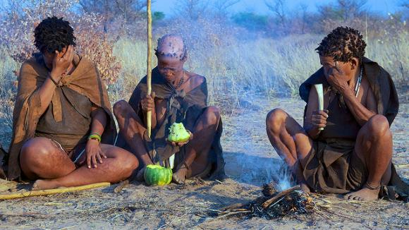 Un grupo de bosquimanas ataca un melón / Mario Micklisch