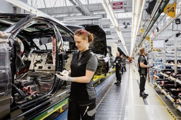 Mercedes-Benz anuncia otros 600 contratos indefinidos para 2017 en Vitoria