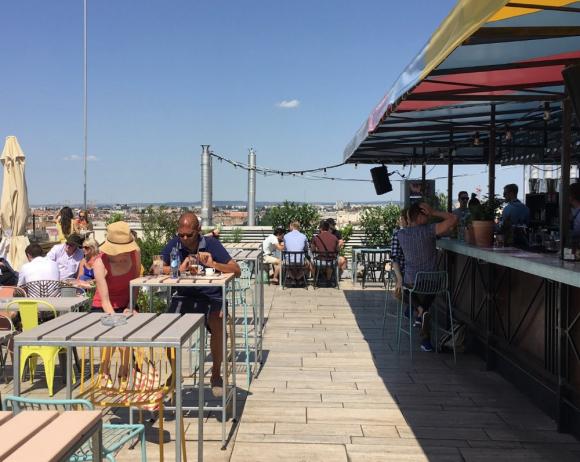 Fotografía de la azotea del '360 Bar' de Budapest en verano.