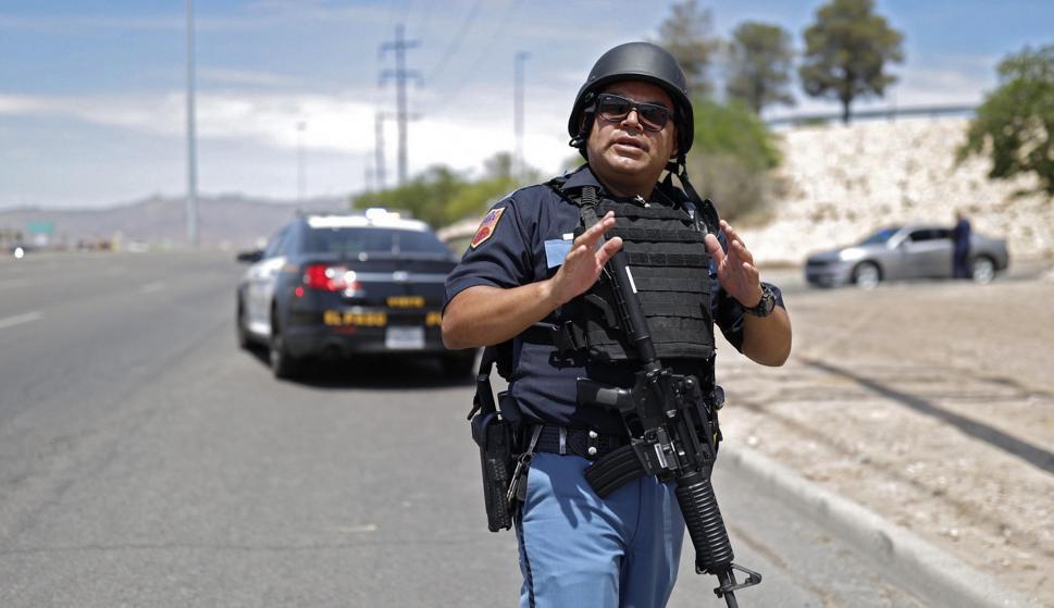 La policía atiende a la escena del tiroteo en un Walmart en El Paso, Texas, el 3 de agosto de 2019. /EFE / EPA / IVAN PIERRE AGUIRRE
