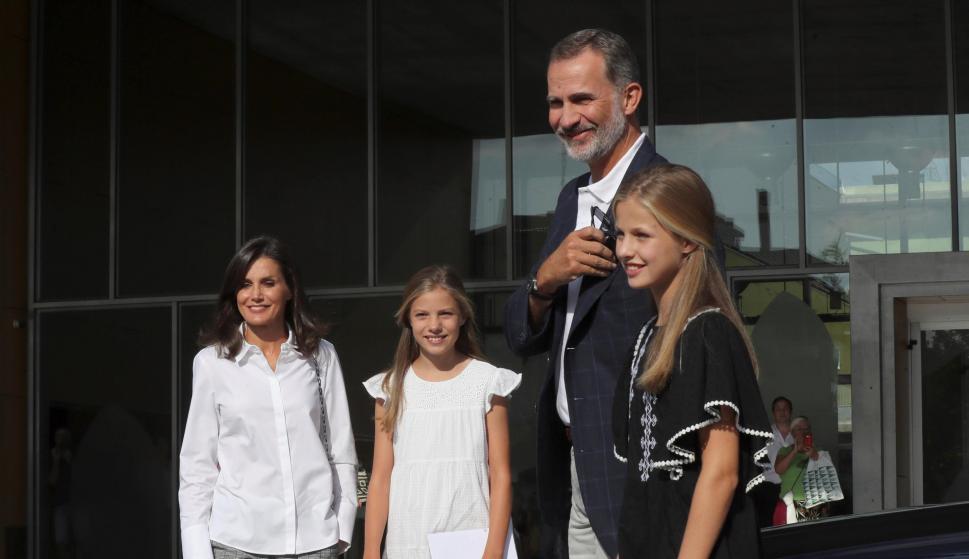 Los reyes Felipe y Letizia, junto a sus hijas, la princesa Leonor y la infanta Sofía, a su llegada al Hospital Clínico Quirón de Pozuelo. /EFE/Kiko Huesca