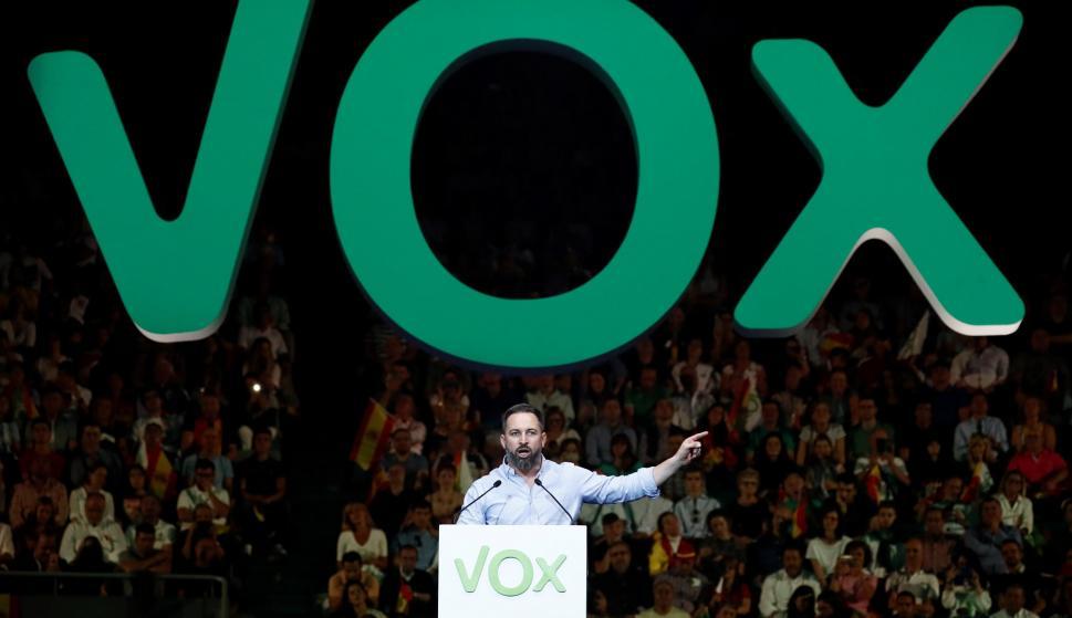 El líder de Vox, Santiago Abascal, durante un acto de precampaña celebrado este domingo en el Palacio de Vistalegre . /EFE