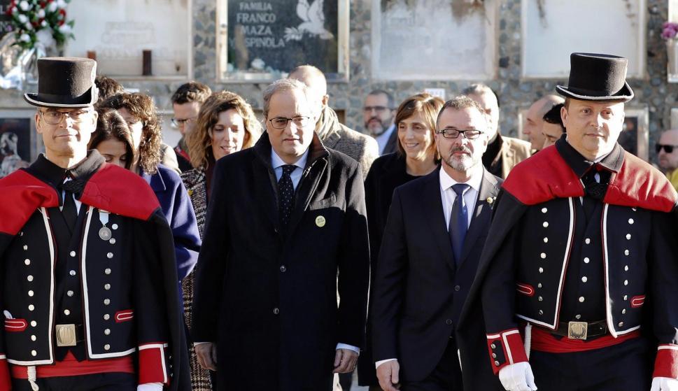 El presidente de la Generalitat, Quim Torra (c) y el conseller de Acción Exterior, Alfred Bosch (d), entre otros, durante el tradicional acto de homenaje al expresidente de la Generalitat, Francesc Macià. /EFE