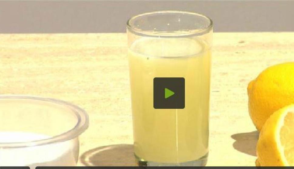 agua tibia con limon para la cara