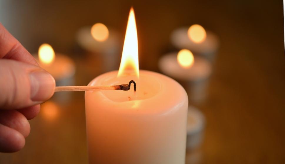Resultado de imagen de vela encendida en la parroquia