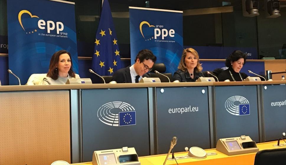 [PP]Rosa Estaràs, Eurodiputada del PP: Cataluña ha sido, es y será España por mucho referéndum que se pretenda hacer.  59bb781989c34