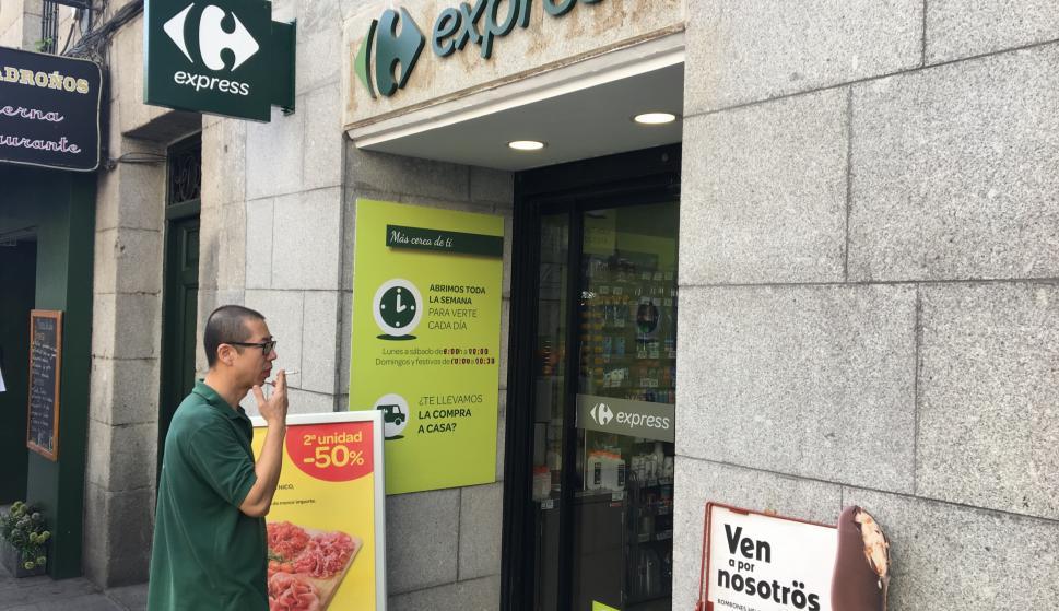 beff7044f Ángel fuma en la puerta de su Carrefour Express, en la Plaza del Ángel de  Madrid.
