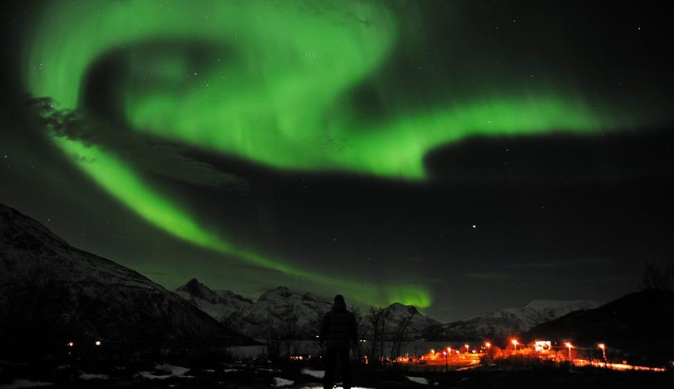 Vista de la aurora boreal sobre la ciudad de Tromso (Noruega). EFE/Rune Stoltz Bertinussen