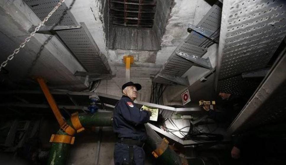La Unidad de Subsuelo de la Policía Nacional revisa ya las galerías subterráneas de Pamplona bajo las calles del Casco Antiguo. (EFE)