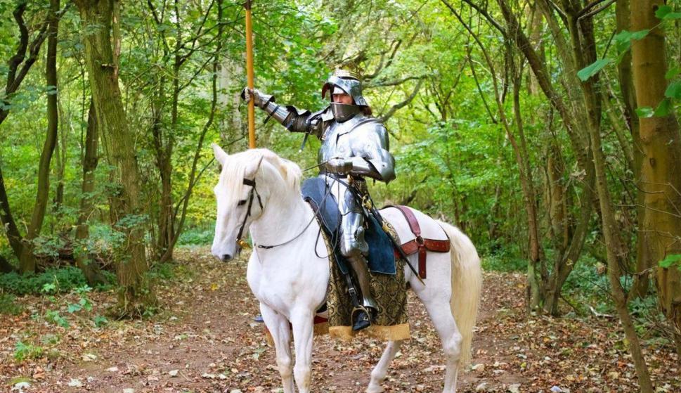Jason Kingsley posa con uno de sus 14 caballos de guerra. / Kasumi Kitano