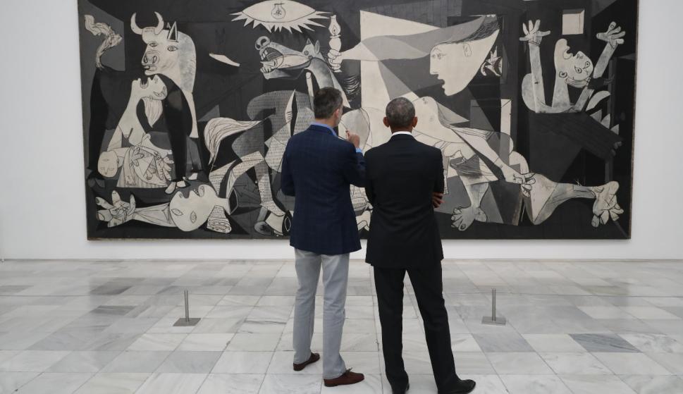 El Rey y el expresidente de los Estados Unidos de América, Barack Obama, contemplan el Guernica (© Casa de S.M. el Rey)
