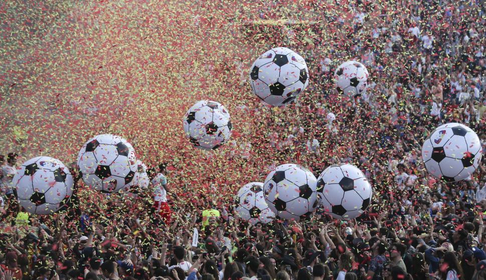 Aficionados portugueses juegan con globos gigantes mientras ven el partido entre Uruguay y Portugal del Mundial 2018 (EFE / EPA / MIGUEL A. LOPES)