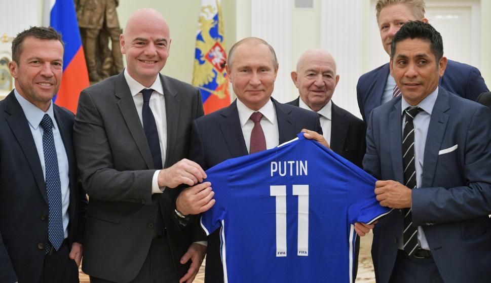 El presidente ruso Vladimir Putin se reúne con leyendas del fútbol ( EFE/ Alexei Druzhinin / Sputnik / Kremlin)