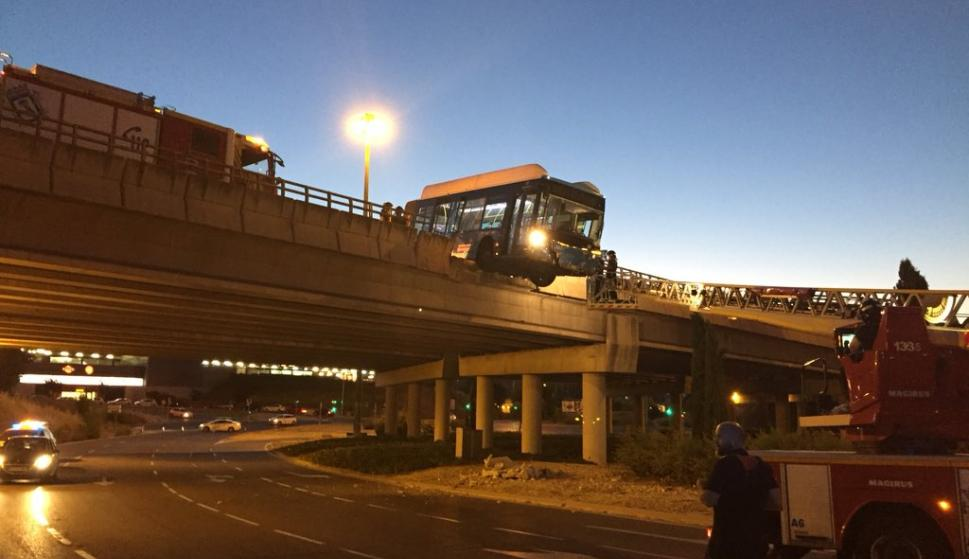 El suceso, en el que el conductor ha resultado herido leve, ha tenido lugar poco antes de las seis de la mañana (Foto: Emergencias Madrid)