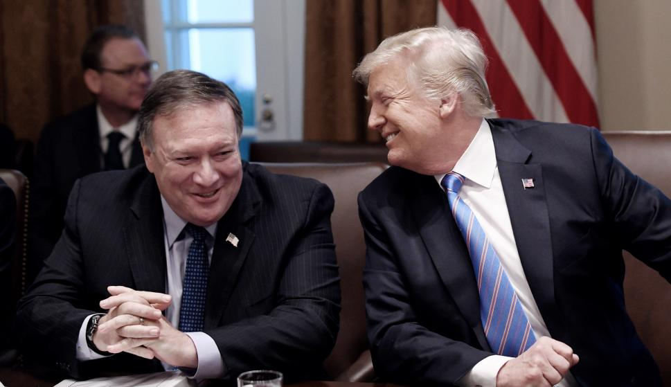 El presidente estadounidense Donald J. Trump (d) y el Secretario de Estado, Mike Pompeo (i), durante una reunión, en la Casa Blanca (EFE/Olivier Douliery )