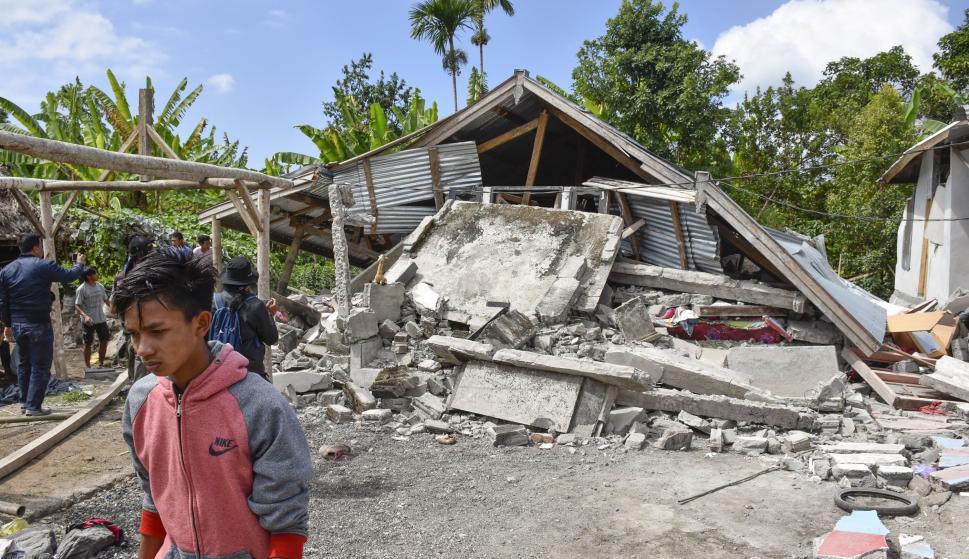 Vista de una casa derrumbada después del terremoto en Lombok, Indonesia, el 29 de julio de 2018 (EFE / EPA / EKA RAMADANI)