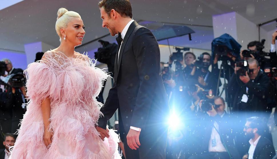 La artista estadounidense Lady Gaga (i) y el actor estadounidense Bradley Cooper llegan al estreno de la cinta 'Ha nacido una estrella' (EFE/ETTORE FERRARI)