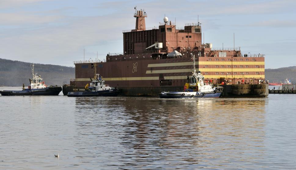 La planta flotante Akademik Lomonosov en Murmansk, tras ser transportada desde San Petersburgo para ser cargada de combustible (Foto: Rosatom)