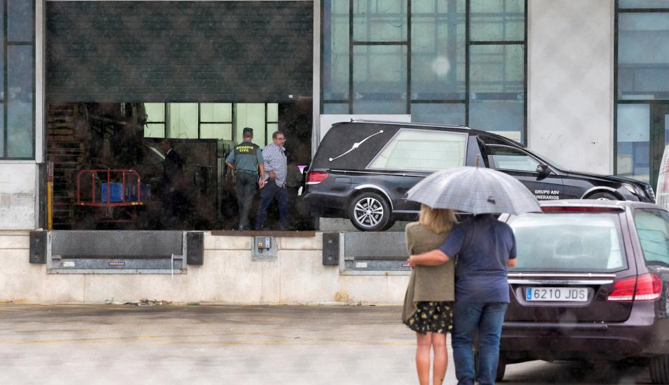Los cuerpos de las tres turistas malagueñas fallecidas el pasado domingo en un accidente de tráfico en un safari en Tanzania han llegado hoy al aeropuerto de Málaga (EFE/Álvaro Cabrera)