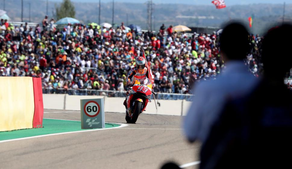El piloto español del equipo Repsol Honda Marc Márquez celebra la victoria en el Gran Premio de Aragón de MotoGP disputado hoy en el circuito Motorland de Alcañiz (Teruel). EFE/Javier Cebollada