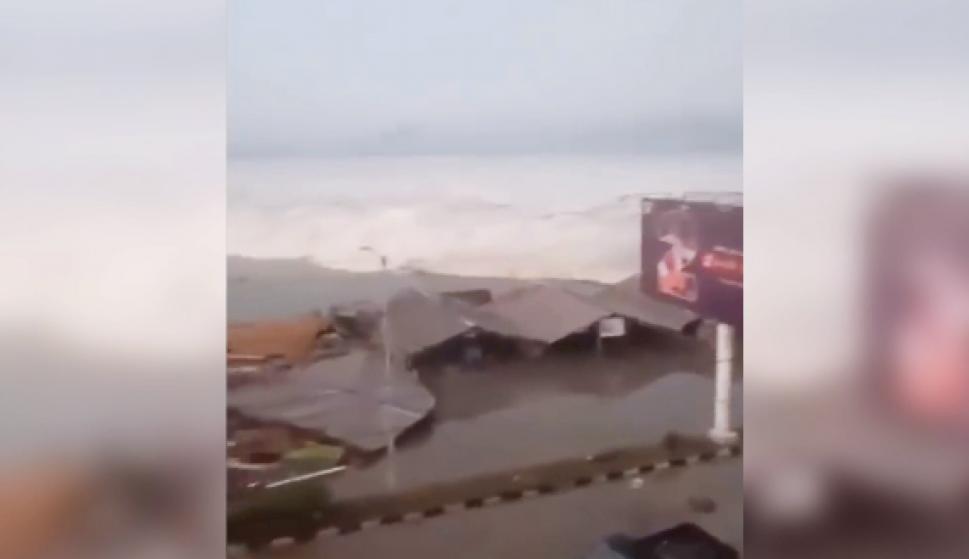 Al menos 384 muertos tras el tsunami en Indonesia