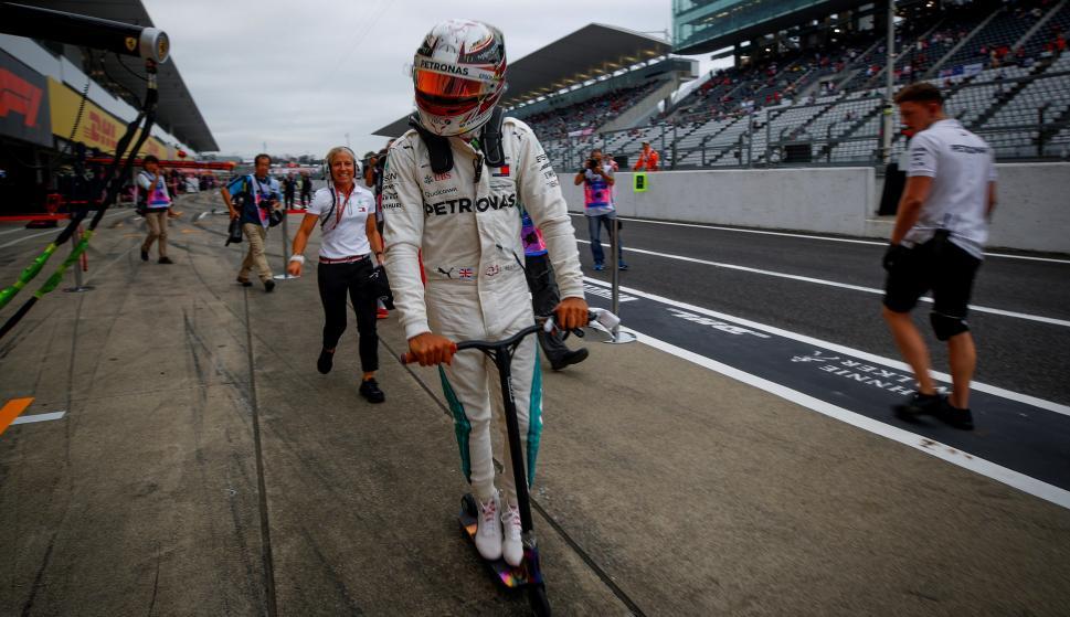 El británico de Mercedes AMG GP Lewis Hamilton conduce un monopatín de vuelta al garaje al finalizar una sesión de entrenamiento en el circuito de Suzuka, Japón, el 5 de octubre de 2018. EFE/ Diego Azubel