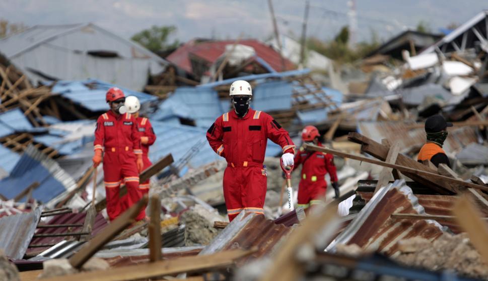 Un equipo de rescate busca personas bajo las ruinas de una casa en Petobo, Palu, Sulawesi Central, Indonesia, el 6 de octubre de 2018 (EFE/EPA/HOTLI SIMANJUNTAK)