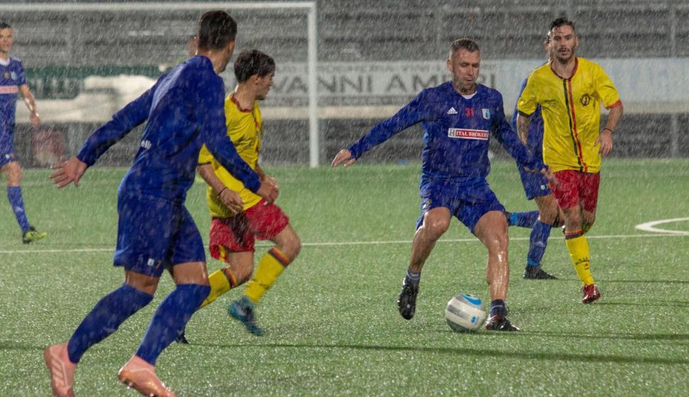 Antonio Cassano (2-d) con el Entella durante un amistoso con el ASD Rivarolese el miércoles 10 de octubre en Chiavari (Italia). EFE/Franco Bolzoni