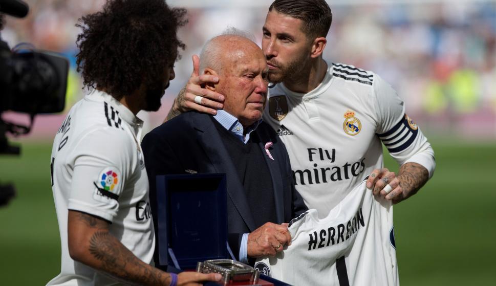 Los capitanes del Real Madrid Marcelo Vieira (i) y Sergio Ramos (d), durante el homenaje que han hecho al delegado campo Agustín Herrerín (c), antes del partido contra el Levante de la 9ª jornada de La Liga entre el Real Madrid y el Levante en el Estadio
